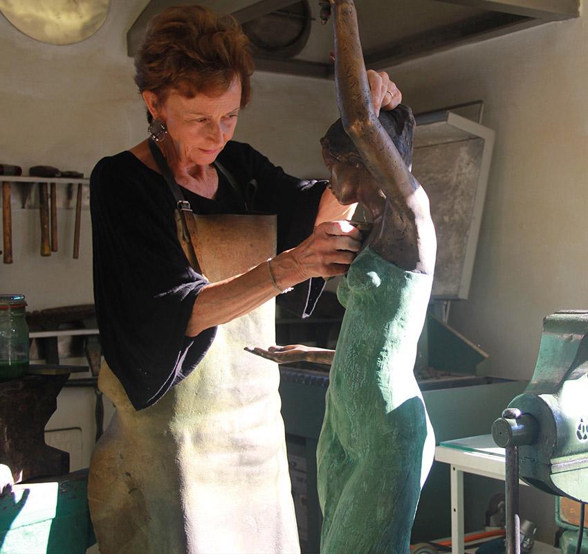 Bildhauerin Iris Rousseau bei der Arbeit